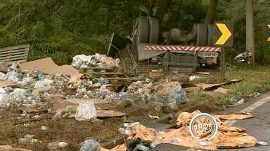 Caminhoneiro morre em acidente na Floriano Rodrigues Pinheiro - Caminhão tomou e motorista ficou preso às ferragens.