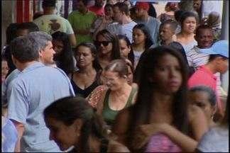 Moradores de Divinópolis aproveitam feriado para compras - Movimento deixou comerciantes otimistas. Expectativa dos lojistas é que vendas aumentem neste período do ano.