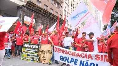 Manifestantes fazem protesto no Rio contra processo de impeachment - Eles pediram a saída de Eduardo Cunha da presidência da Câmara dos Deputados.