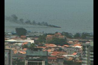 Lancha naufraga após sofrer incêndio em Belém - Embarcação pegou fogo após apresentar problema em frente ao Portal da Amazônia.