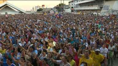 Católicos participam da procissão de Nossa Senhora da Conceição em Campina Grande - Evento reuniu mais de 10 mil pessoas.