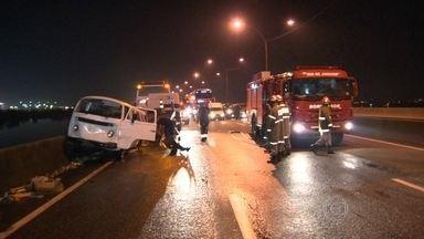 Quatro carros batem na Linha Vermelha e um motorista cai na Baía de Guanabara - O motorista foi socorrido. Ao todo, cinco pessoas se feriram.