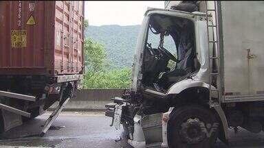 Caminhões caem em ribanceira após acidente entre 5 veículos na Anchieta - Acidente ocorreu no km 47, sentido litoral, em Cubatão. Pista sul foi interditada na serra. Melhor opção é a Imigrantes.