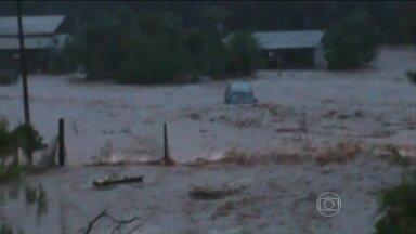 Chuva deixa 150 pessoas desabrigadas em Manfrinópolis (PR) - Uma mulher morreu e outra está desaparecida. Previsão é de chuva forte nesta quinta-feira em Santa Catarina.
