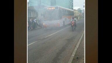 Fumaça sai de ônibus e assusta passageiros no centro de Santa Maria - Parecia que o ônibus estava pegando fogo, mas foi a turbina que estourou.