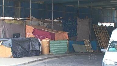 Prefeitura da capital começa a retirar as famílias que viviam embaixo do Viaduto Bresser - A prefeitura disse que todos os moradores do local foram cadastrados e vão receber auxílio aluguel.