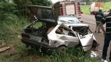 Jovem de 18 anos morre em acidente na PR-323 - Segundo a polícia rodoviária, o jovem fez uma ultrapassagem pelo acostamento e ao voltar para a pista, teria perdido o controle do veículo.