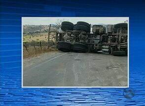 Após colisão, caminhão carregado de cimento tomba na BR-424 em PE - Acidente ocorreu em Correntes; pista ficou interditada por mais de 6 horas.