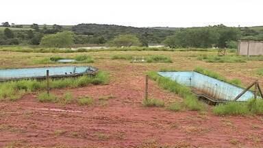 Parque aquático abandonado em Imbituva preocupa moradores - Com água parada, receio é de que local sirva de criadouro do mosquito que transmite dengue e outras doenças