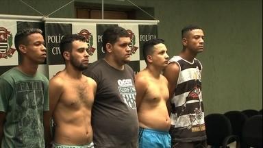 Suspeitos de integrar quadrilha de roubo de carros são presos em SP - A polícia foi recebida a tiros quando chegou em um dos locais dos desmanches.