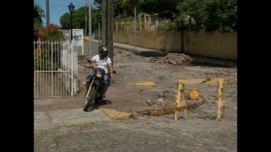 Motociclistas passam pela calçada para não dar a volta na quadra em Santa Maria - A rua está bloqueada há uma semana por causa de uma obra. Motociclistas passam pela calçada.