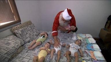 Casal pede que Papai Noel tome conta de cinco bebês gêmeos em SP - Veja no vídeo se o Bom Velhinho conseguiu cuidar das crianças. Quíntuplos nasceram em abril deste ano.