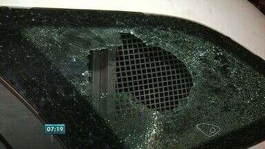 Carro da PM é depredado durante patrulhamento em Vila Velha, ES - Polícia deu voz de prisão a uma mulher e moradores se revoltaram.