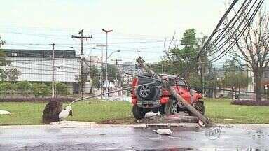 Carro derruba poste e 4 pessoas ficam feridas em cruzamento de Ribeirão Preto - Avenida Presidente Vargas precisou ficar interditada na manhã de domingo (20). Região ficou sem energia até 12h30, quando poste foi trocado, segundo CPFL.