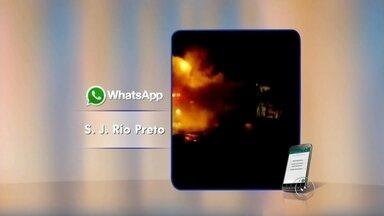 Incêndio destrói ônibus do transporte coletivo em Rio Preto - Um ônibus pegou fogo neste domingo (20), em Rio Preto. O incêndio foi por volta das 6h e foi provocado por um problema elétrico. Os bombeiros foram chamados para controlar as chamas. A empresa informou que os passageiros desembarcaram assim que o motorista percebeu o problema e que irá apurar as causas do incêndio. Ninguém se machucou.