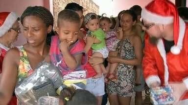 Grupos de voluntários servem almoço para moradores em dois bairros de Bauru - Em Bauru também teve natal antecipado para as crianças. Dois grupos de voluntários serviram um delicioso almoço para moradores de dois bairros. A criançada se divertiu com brincadeiras e muitos presentes.