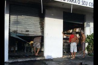 Incêndio atinge loja de colchões em Belém - Uma loja de colchões na Travessa Padre Eutíquio, em Belém, pegou fogo neste domingo (20).