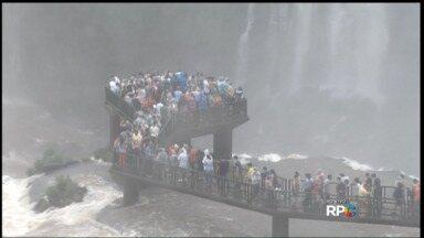 Turismo em Foz do Iguaçu aumenta muito nesta época do ano - Faltando quatro dias para a virada do ano, muitos turistas aproveitam os últimos dias de 2015 para visitar as Cataratas do Iguaçu.