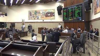 Em sessão extraordinária, propostas provocam polêmica e protestos na Câmara de BH - Sessão foi realizada neste domingo (27) para votar projetos pendentes.