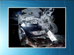 Cinco ficam feridos após batida de frente entre veículos na BR-418 próximo a Nanuque - Carros ficaram destruídos e um deles se incêndiou.
