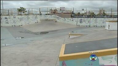 Carro invade pista de skate em Bauru e causa danos - O Bauru Skate Park, que fica no Jardim Aeroporto, voltou a ser invadido por um carro na madrugada deste domingo (27), em Bauru (SP). O motorista do carro invadiu o local no momento que alguns skatistas estavam na pista e causou danos.