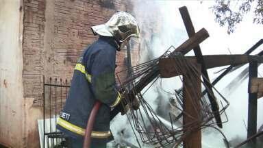 Fogo destrói casa em Paiçandu - Chuva evitou que o fogo se espalhasse para outras residências