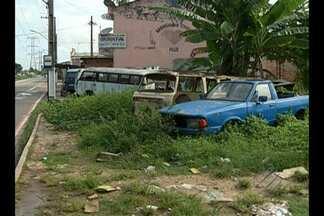 Moradores denunciam terreno que virou cemitério de carros - A preocupação da população é com o aumento das larvas do mosquito da dengue.