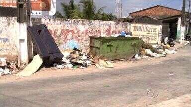 Acúmulo de lixo em ruas do Jacintinho prejudica moradores - Coordenador de fiscalização da Slum, Carlos Tavares, prometeu realizar os trabalhos de imediato na região.