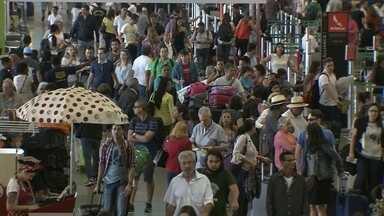 Aeroporto JK tem longas filas no fim do ano - Muita gente está deixando o DF e vai passar o réveillon nas praias do Nordeste.