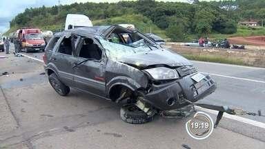 Carro capota na Fernão Dias em Atibaia - Um casal sofreu ferimentos leves.