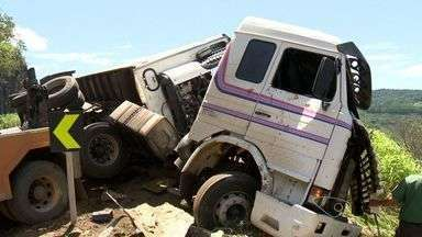 Bebê fica em estado grave após carreta tombar na BR-262 - Carga do caminhão foi saqueada. Mulher e motorista, também, ficaram feridos. Acidente foi em Biriricas.
