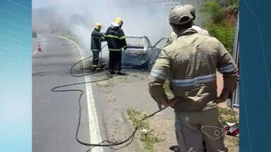 Carro pega fogo no meio da BR-101, em Campinho da Serra - Vídeo foi enviado pela telespectadora Flavia Dettman.