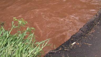 Chuva forte faz rios transbordarem e invadir casas no sudoeste - Além das casas alagadas a força da água também levou parte do asfalto de uma estrada rural em São João.