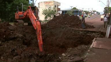 Conserto de vazamento deixará Av. República Argentina interditada por dez dias - Máquinas e homens da prefeitura estão trabalhando para encontrar vazamento que está causando erosão e afundando a pista da avenida.