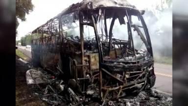 Ônibus que levava passageiros pra Santa Catarina pega fogo na BR-277 - O ônibus seguia de Foz do Iguaçu pra Florianópolis. Ninguém ficou ferido.