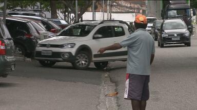Projeto quer proibir que flanelinhas cobrem estacionamento em locais públicos de CG - Os flanelinhas dizem que só cobram em caso de lavagem dos veículos.