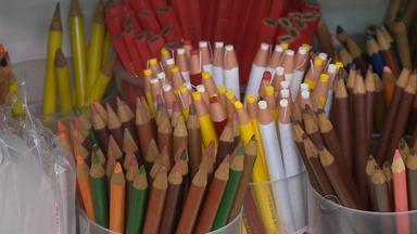 Pais buscam desconto com compras antecipadas de material escolar - Materiais estão, em média, 10% mais caros.