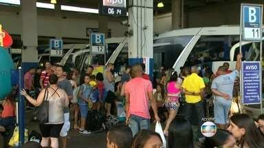 Passageiros enfrentam horas de espera para embarcar em rodoviária do Rio - Passageiros enfrentam horas de espera para embarcar em rodoviária do Rio de Janeiro.