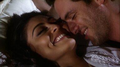 Raj e Maya curtem o amanhecer na cama - Bahuan liga para Maya e Raj atende