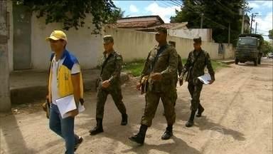 Militares do exército e da aeronáutica reforçam o combate ao Aedes aegypti - As equipes se dividem e visitam as casas no Recife. Muitos moradores deixam lixo espalhado e água da chuva acumulada.