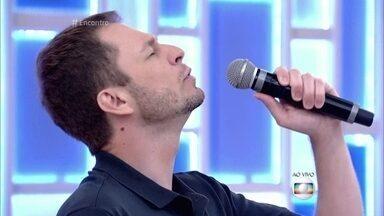 Tiago Leifert canta no Encontro. Será que alguém vai virar a cadeira? - Apresentador do The Voice gravou um EP de quatro canções