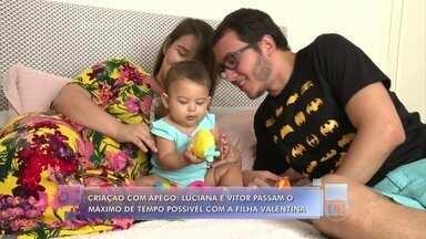 Criação com apego: conheça o casal que não se desgruda nunca da filha - Luciana e Vitor usam sling para ficar o máximo de tempo possível com Valentina