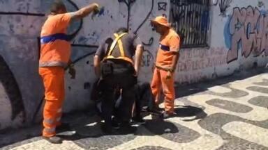 Veja o flagrante da apreensão de menores que roubaram cordões no centro nesta quinta-feira - Depois dos flagrantes mostrados pelo RJTV, esta semana, o policiamento no centro aumentou. E hoje os policiais detiveram os menores, com a ajuda de funcionários da Comlurb.