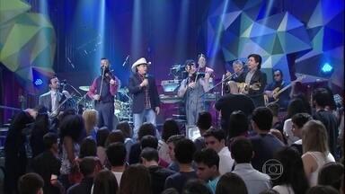 Chitãozinho e Xororó cantam no 'Rancho Fundo' com Família Lima - Parceria empolga plateia do 'Altas Horas'