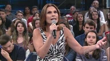 Laura Muller tira dúvidas sobre sexo no 'Altas Horas' - Sexóloga responde perguntas do público no palco do programa