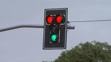 Problemas em semáforos confundem motoristas na zona sul de Ribeirão Preto - Na manhã desta segunda-feira (11), equipamentos ficaram acessos no vermelho e na cor verde, ao mesmo tempo, no cruzamento da Avenida Professor João Fiúsa com a Avenida Presidente Vargas.