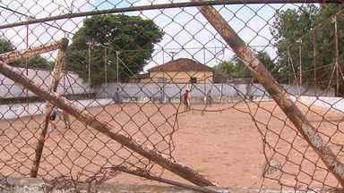 Moradores de Serra Azul, SP, reclamam de abandono do centro de lazer da cidade - Não existe guarita, nem seguranças. As piscinas estão sem tratamentos e animais mortos aparecem com frequência.