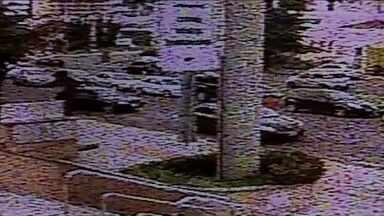 Idosa é morta por bandidos durante tentativa de assalto em Londrina - A vítima chegava a um hospital na avenida Bandeirantes para visitar o neto, que tinha acabo de nascer. Ela foi abordada por ladrões e se assustou, quando o carro arrancou o ladrão atirou contra a cabeça da idosa, que morreu no local.