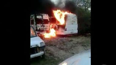 Incêndio destrói carros da Prefeitura de Conceição da Barra, ES - Fogo destruiu 12 veículos, entre carros, ambulâncias e micro-ônibus.