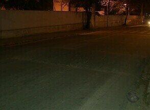 Pedestres reclamam da falta de sinalização em rua do Bairro do Cedro, em Caruaru - Semáforo foi instalado, mas ainda não funciona.